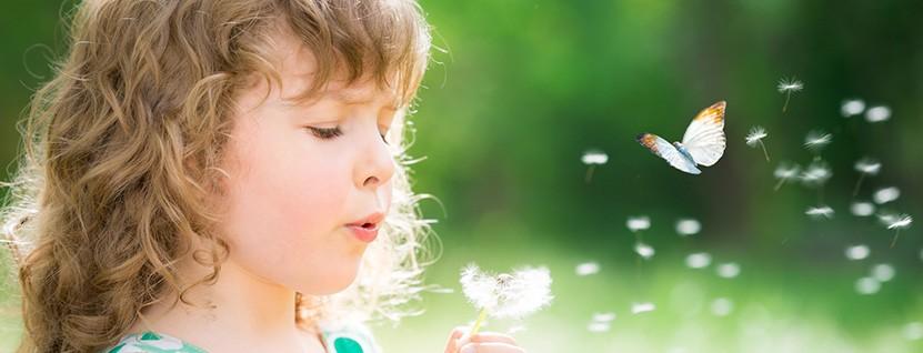 Kind mit Pusteblume - Tschirschnitz Psychotherapie für Kinder, Jugendliche, Erwachsene